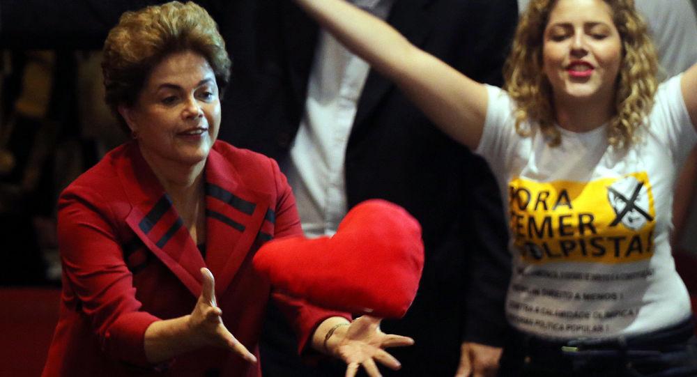 رئيسة البرازيل (المستبعدة مؤقتاً) ديلما روسيف خلال الاجتماع بحزب الديموقراطي في سان باولو، البرازيل 23 أغسطس/ آب 2016