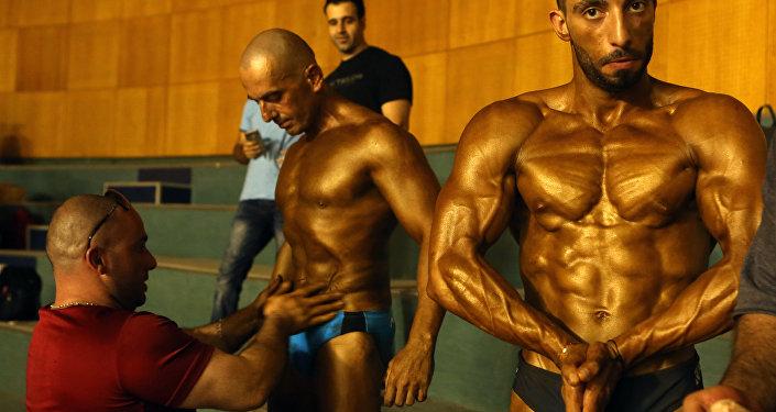 التحضيرات قبيل مسابقة كمال الأجسام في بيروت