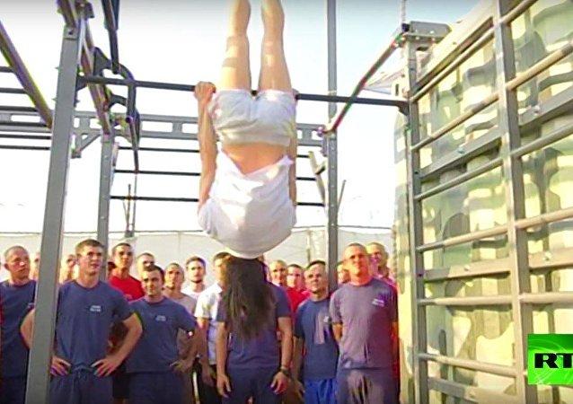 بطلة روسيا في القفز تقود التمارين في حميميم