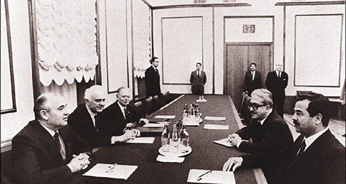 صورة أرشيفية للقاء الرئيس العراقي صدام حسين ورئيس الاتحاد السوفيتي ميخائيل غورباتشيوف