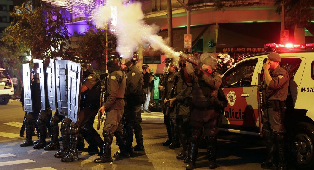 بعد عزل ديلما روسيف، بأي حال أصبحت البرازيل - الشرطة البرازيلية تقذف قنابل الغاز المسيل للدموع ضد مناصري ديلما روسيف إلى شوارع العاصمة ريو دي جانيرو احتجاجاً على قرار البرلمان البرازيلي، وتعيين ميشيل تيمير رئيساً مؤقتاً للبلاد 30 أغسطس/ آب 2016
