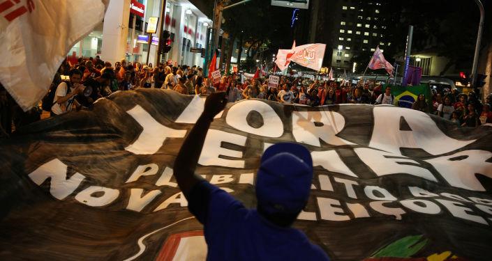 بعد عزل ديلما روسيف، بأي حال أصبحت البرازيل - خروج مناصري ديلما روسيف إلى شوارع العاصمة ريو دي جانيرو احتجاجاً على قرار البرلمان البرازيلي، وتعيين ميشيل تيمير رئيساً مؤقتاً للبلاد 29 أغسطس/ آب 2016