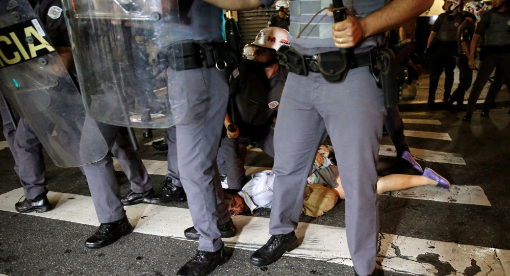 بعد عزل ديلما روسيف، بأي حال أصبحت البرازيل - الشرطة البرازيلية يعتقلون عدداً من مناصري ديلما روسيف إلى شوارع العاصمة ريو دي جانيرو احتجاجاً على قرار البرلمان البرازيلي، وتعيين ميشيل تيمير رئيساً مؤقتاً للبلاد 30 أغسطس/ آب 2016