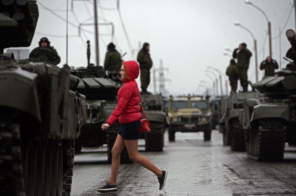 مرور إحدى الفتيات بجانب الدبابات الروسية