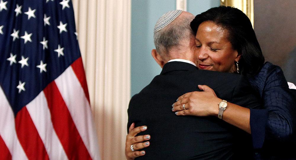 مستشارة الأمن القومي الأمريكي رايس تعانق رئيس مجلس الأمن القومي الإسرائيلي يعقوب ناغيل بعد توقيع مراسم الاتفاقية الامنية