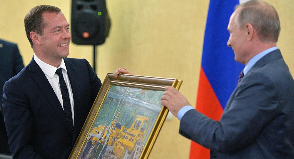 الرئيس الروسي فلاديمير بوتين يهدي رئيس الوزراء دميتري ميدفيديف لوحة بعيد ميلاده
