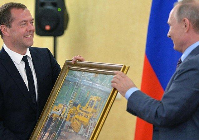 بوتين يهدى ميدفيديف صورة ورشة