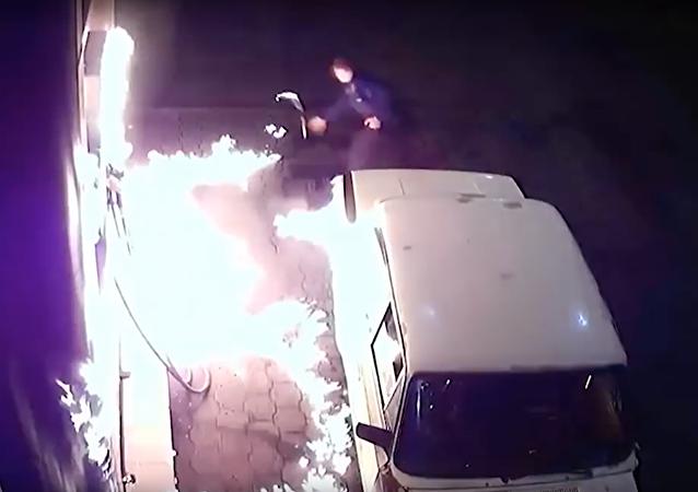 روسي يشعل النار