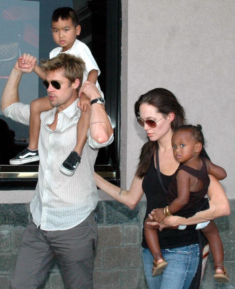 جولي وبيت مع أولادهم بالتبنى