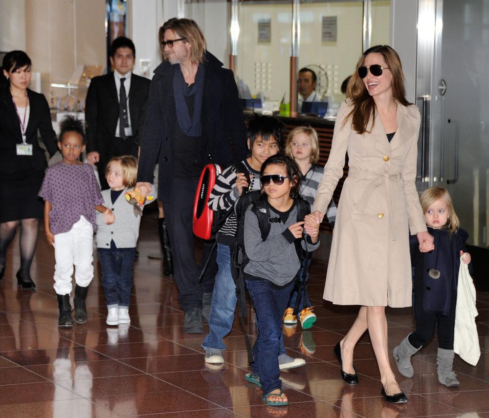 أنجلينا جولي وبراد بيت مع اولادهم الستة