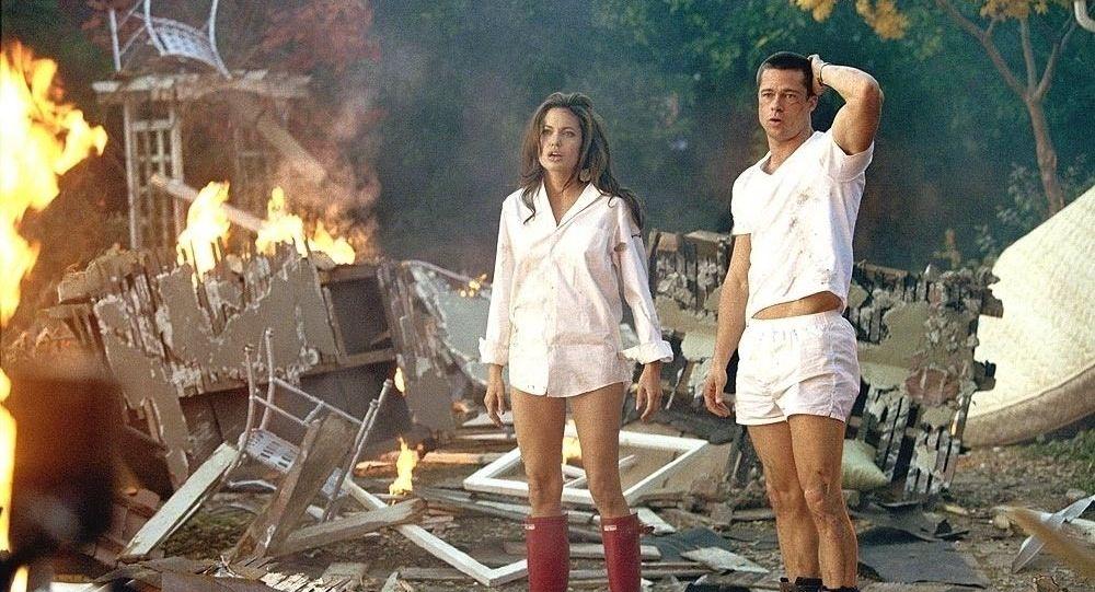 أنجلينا جولي وبراد بيت خلال مسلسل مستر أند ميسيز سميث
