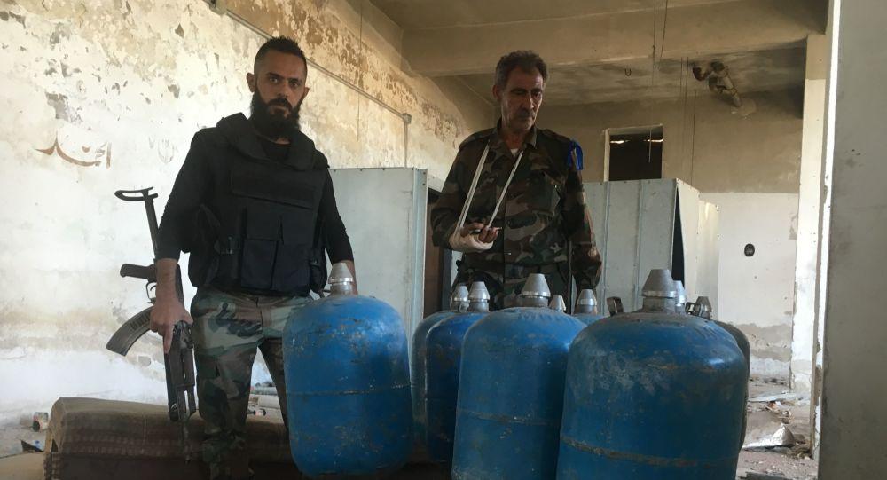 قاذفة الصواريخ محلية الصنع وقذائف اسطوانات الغاز في  مخيم حندرات للاجئين الفلسطينيين، شمال شرق حلب، سوريا