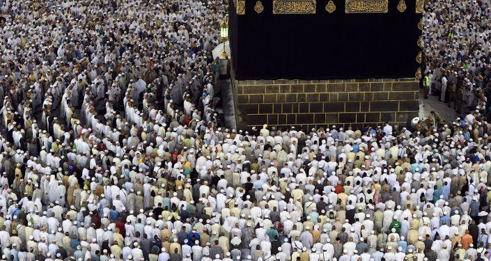 اليوم العالمي للسياحة - الحجاج أثناء أداء فريضة الحج (أو لأداء العُمرة) وهم يطوفون حول الكعبة في مكة المكرمة.