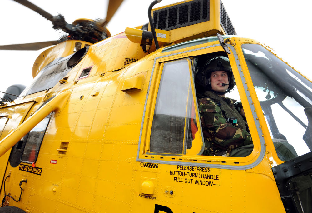 الأمير ويليام وهو يقود مروحية سي كينغ خلال تدريبات في هوليهيد ماونتن، شمال ويلز.