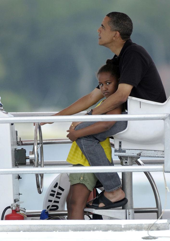 الرئيس الأمريكي باراك أوباما يقود مركبا وابنته ساشا في سانت أندريو في باناما بيتش، 2010.