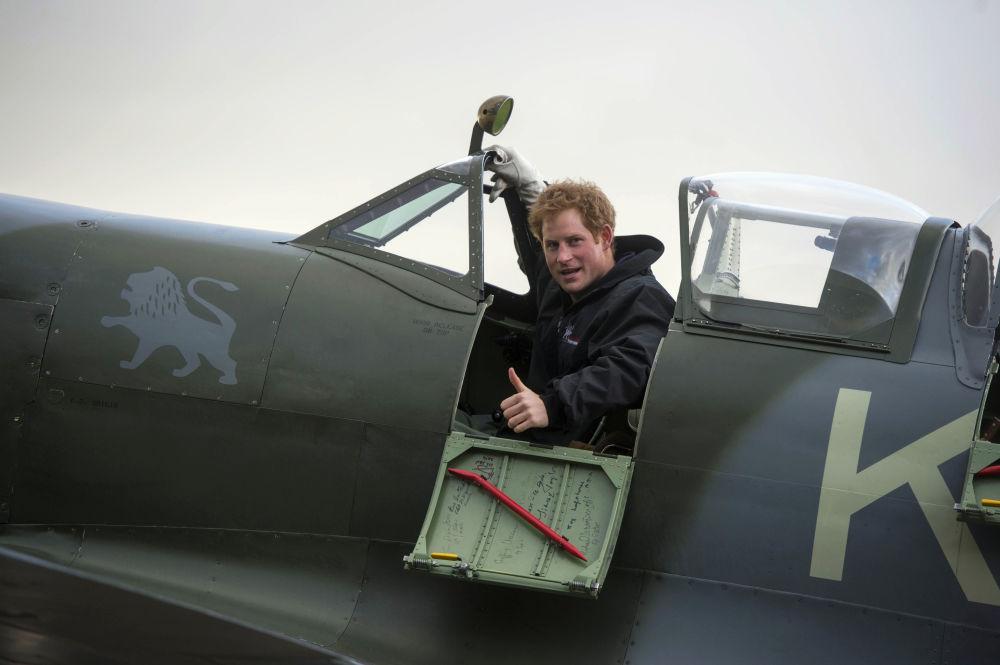 الأمير هاري  في قمرة قيادة مقاتلة سبيت فاير
