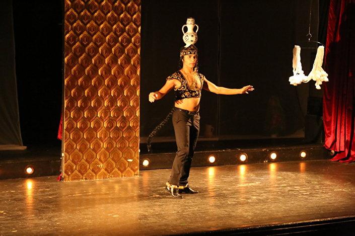 رقاص تونسي يستفز بيروت برقصه المشاكس وهو شبه عاري