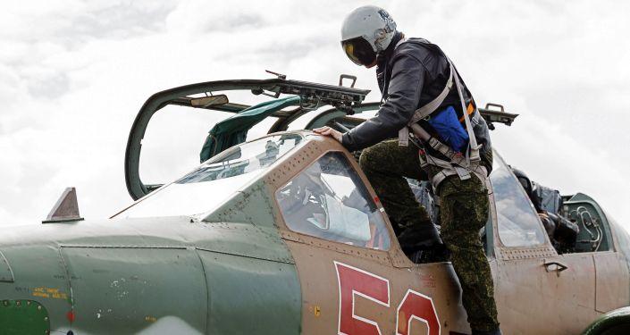 طيار روسي خلال الجلوس فى مقاتلة من طراز سو-25