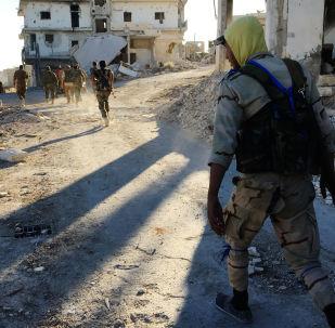 قوات اللجان الشعبية السورية في مخيم حندرات للاجئين الفلسطينيين، الذي تم تحريره من الإرهابيين، شمال شرق حلب، سوريا.