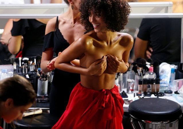 عرض أسبوع الموضة في باريس (Etam Live Show Lingerie) - الأزياء الداخلية لمجموعة ربيع/ صيف 2017 ، 27 سبتمبر/ أيلول 2016.    إقرأ المزيد