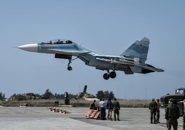 القاذفة سو-30 اي.ام التابعة لقوات الدفاع الجوي-الفضائي الروسية في القاعدة السورية حميميم بمحافظة اللاذقية