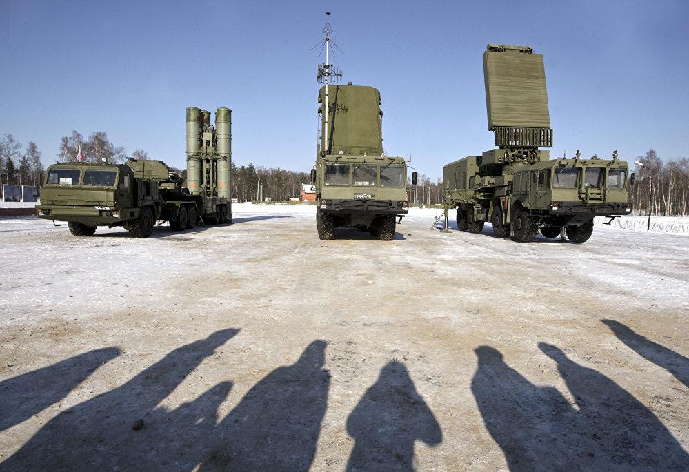 الأنظمة الدفاعية اس-400 (صواريخ أرض-جو) التابع لفوج الراية الحمراء للدفاع الجوي-الفضائي الصاروخي بمحافظة موسكو