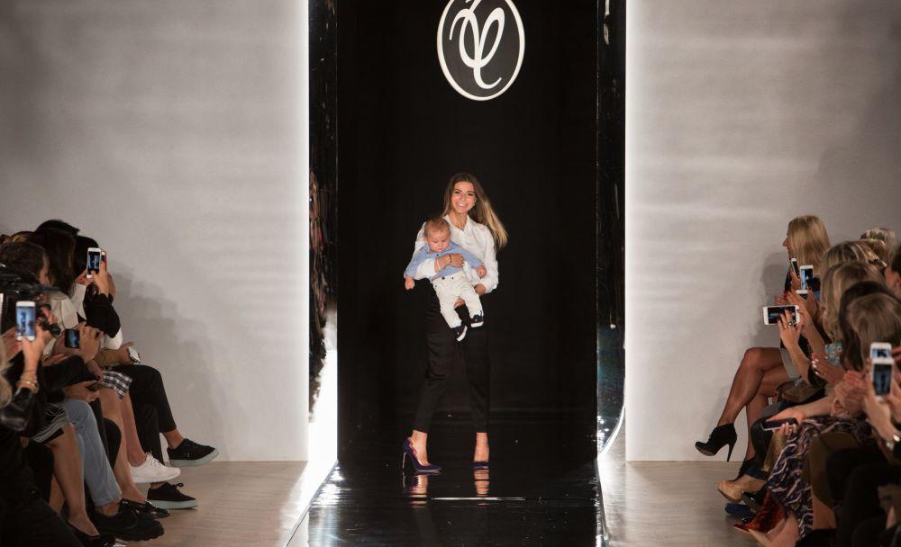 ابنة الممصم الروسي فالنتين يوداشكين خلال  منصة أسبوع الموضة في باريس ضمن عرض أزياء ربيع/خريف 2017، 4 أكتوبر/ تشرين أول 2016