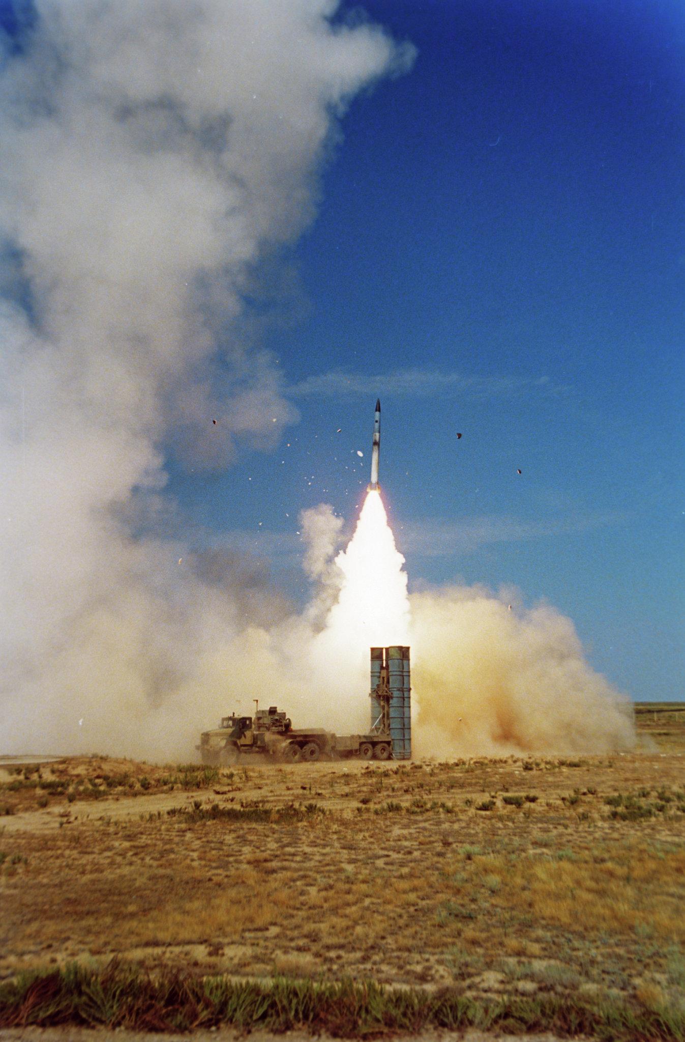 إطلاق صاروخ إس-300