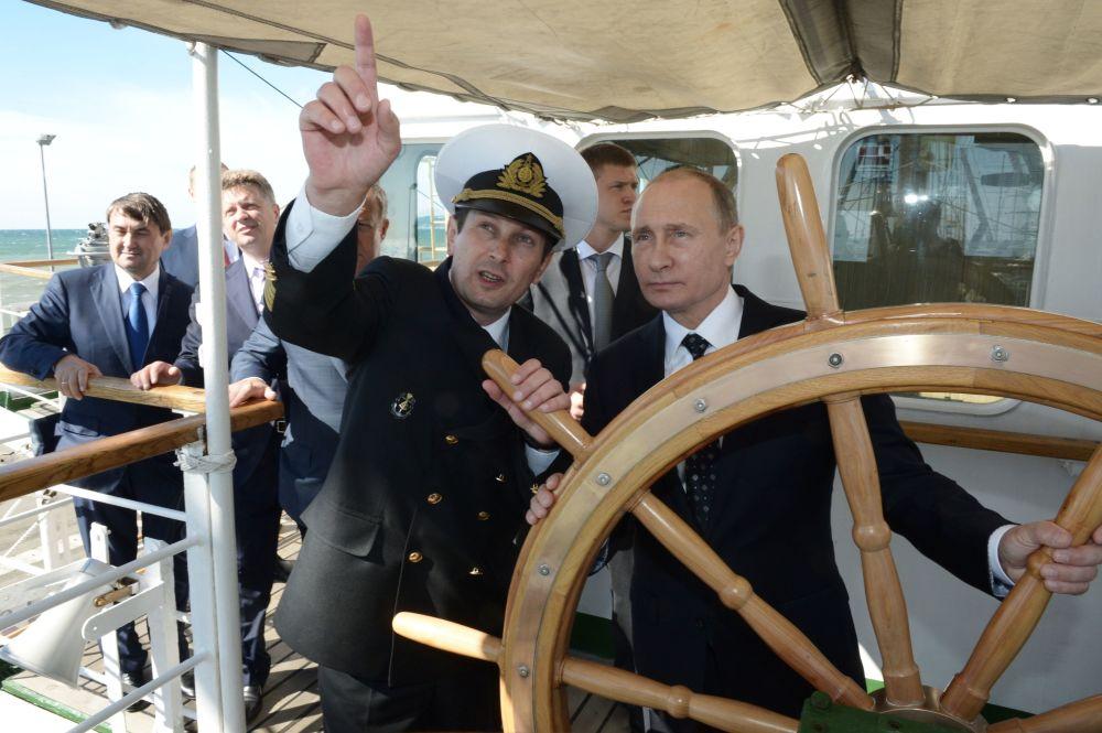 الرئيس الروسي فلاديمير بوتين يقود سفينة شراعية ناديجدا (أمل) في مدينة سوتشي.