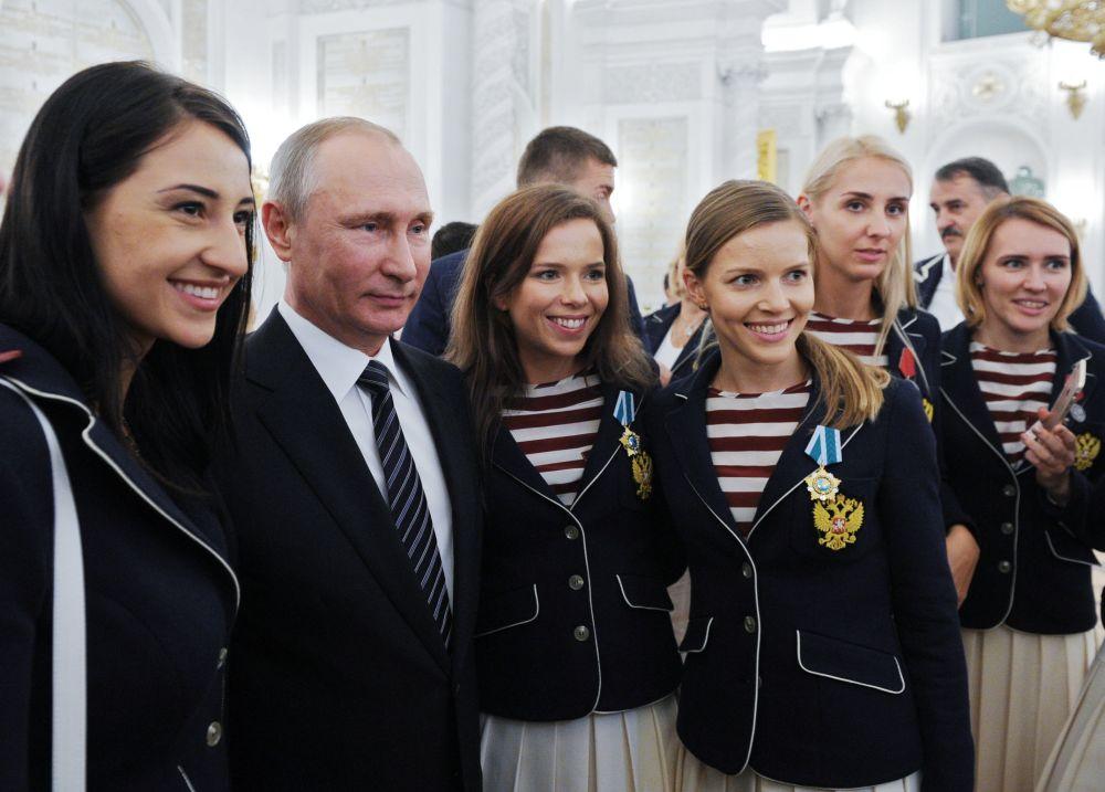 الرئيس الروسي فلاديمير بوتين خلال مراسم توزيع الجوائز على رياضيي الأعاب الأولمبية ريو-2016 الروس