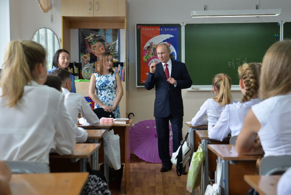 الرئيس الروسي فلاديمير بوتين لدى زيارته للمدرسة الخاصة رقم 2 في فلاديفوستوك