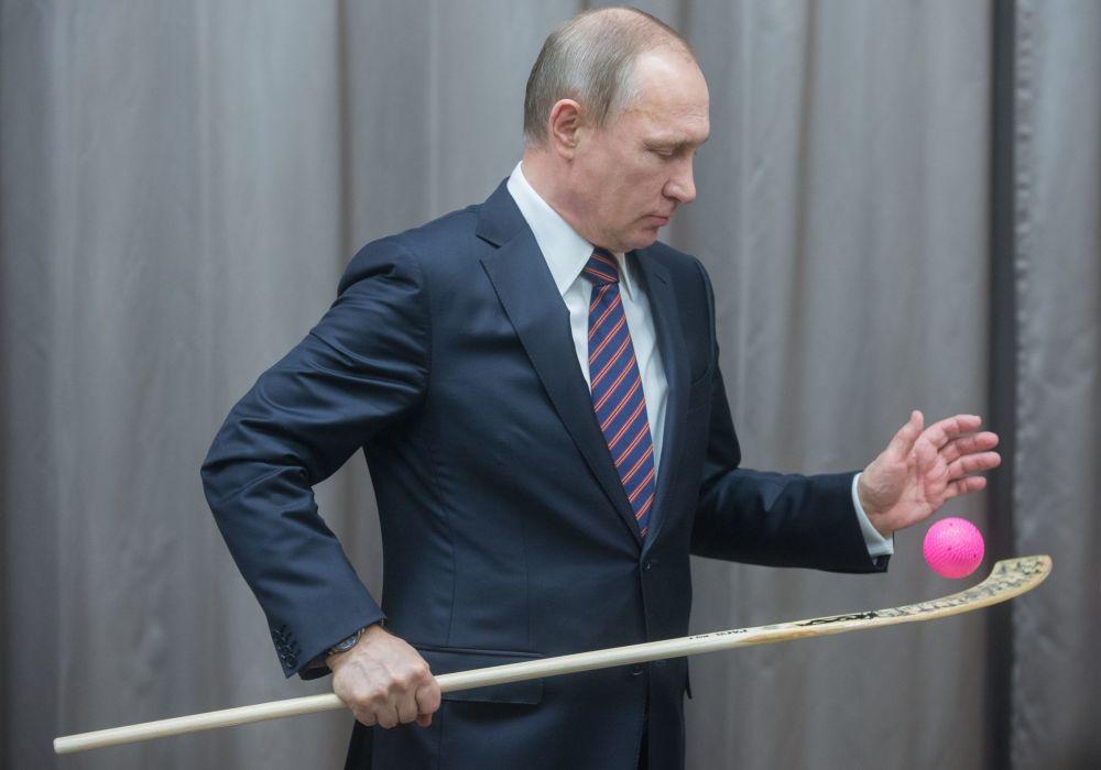 الرئيس الروسي فلاديمير بوتين خلال لقائه مع فريق الهوكي الروسي في المركز الرياضي في نوفو-أوغاريوفا