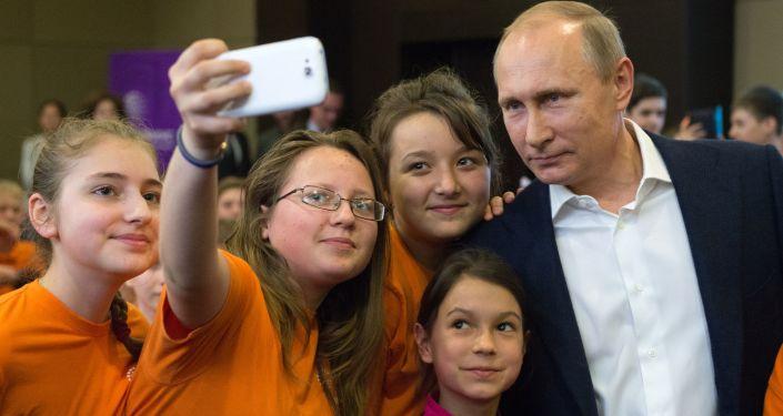 الرئيس فلاديمير بوتين مع طلاب المركز التعليمي سيريوس في مدينة سوتشي