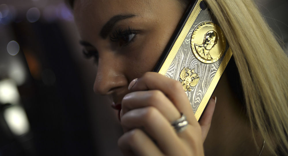 فتاة تتحدث عبر الهاتف المحمول