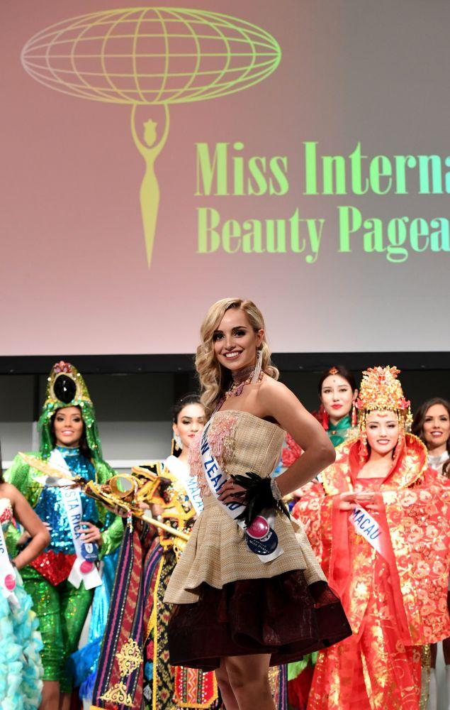 المسابقة الدولية لـ ملكة الجمال في طوكيو لعام 2016، النيوزيلندية جيسيكا تايسون وزيها الوطني، 11 أكتوبر/ تشرين الأول 2016
