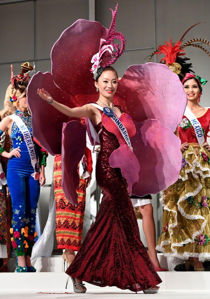 المسابقة الدولية لـ ملكة الجمال في طوكيو لعام 2016، السينغافورية هويكي وانغ  وزيها الوطني، 11 أكتوبر/ تشرين الأول 2016