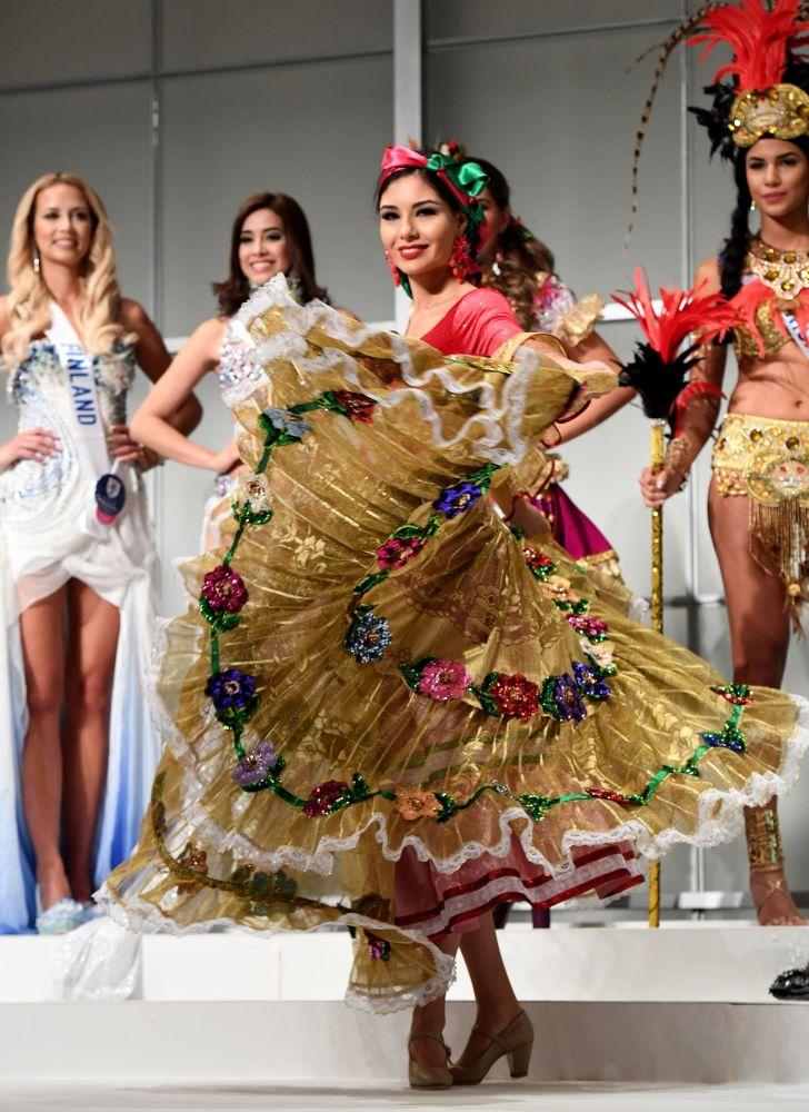 المسابقة الدولية لـ ملكة الجمال في طوكيو لعام 2016، المكسيكية ماريا غيرالدين بونسي مينديز وزيها الوطني، 11 أكتوبر/ تشرين الأول 2016