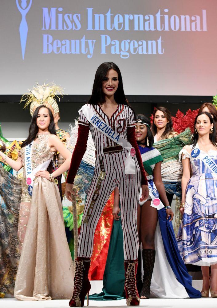 المسابقة الدولية لـ ملكة الجمال في طوكيو لعام 2016، الفنزويلية جيسيكا دوارتي وزيها الوطني، 11 أكتوبر/ تشرين الأول 2016
