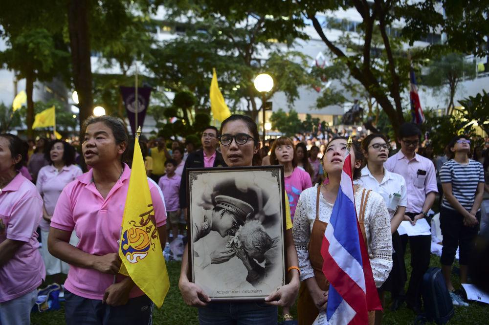 حشودات من الناس تخرج إلى الشوارع، حاملة صور ملك تايلاند بوميبول أدولياديج، أمام المستشفى الذي كان يتلقى العلاج فيه، بانكوك 13 أكتوبر/ تشرين الأول 2016