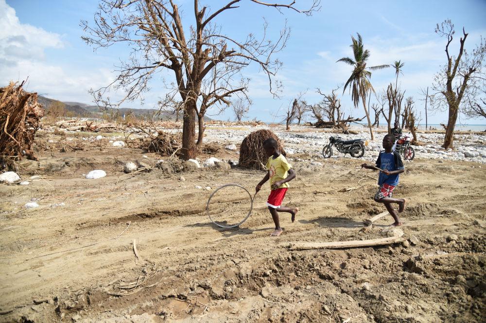 أطفال يلعبون بالعجل بعد انتهاء اعصار ماثيو في هاييتي، 10 أكتوبر/ تشرين الأول 2016