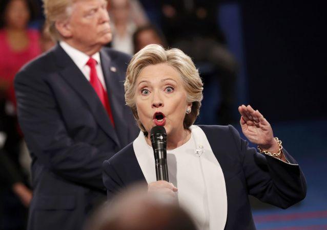 المرشحان للانتخابات الرئاسية الأمريكية، هيلاري كلينتون ودونالد ترامب، خلال مناظرة سياسية في لويس، ولاية ميسوري 9 أكتوبر/ تشرين الأول 2016