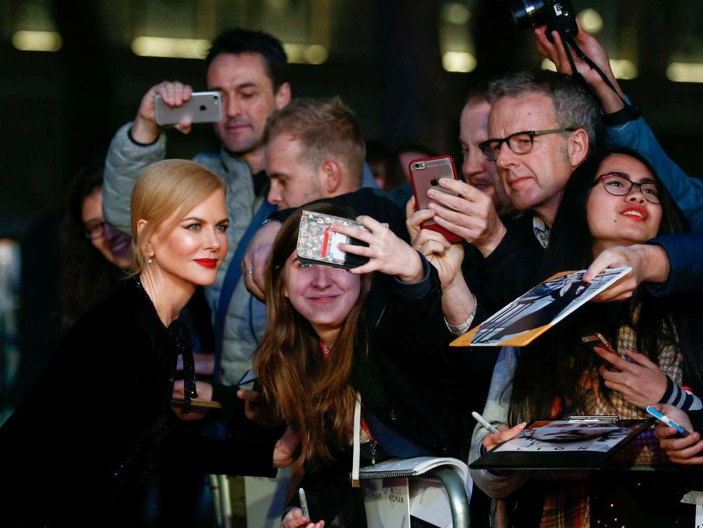 الممثلة نيكول كيدمان تأخذ صورة سيلفي مع الجمهور في مدينة لندن، خلال وصولها لحفل العرض الأول لفيلم ليون (Lion)، بريطانيا 12 أكتوبر/ تشرين الأول 2016