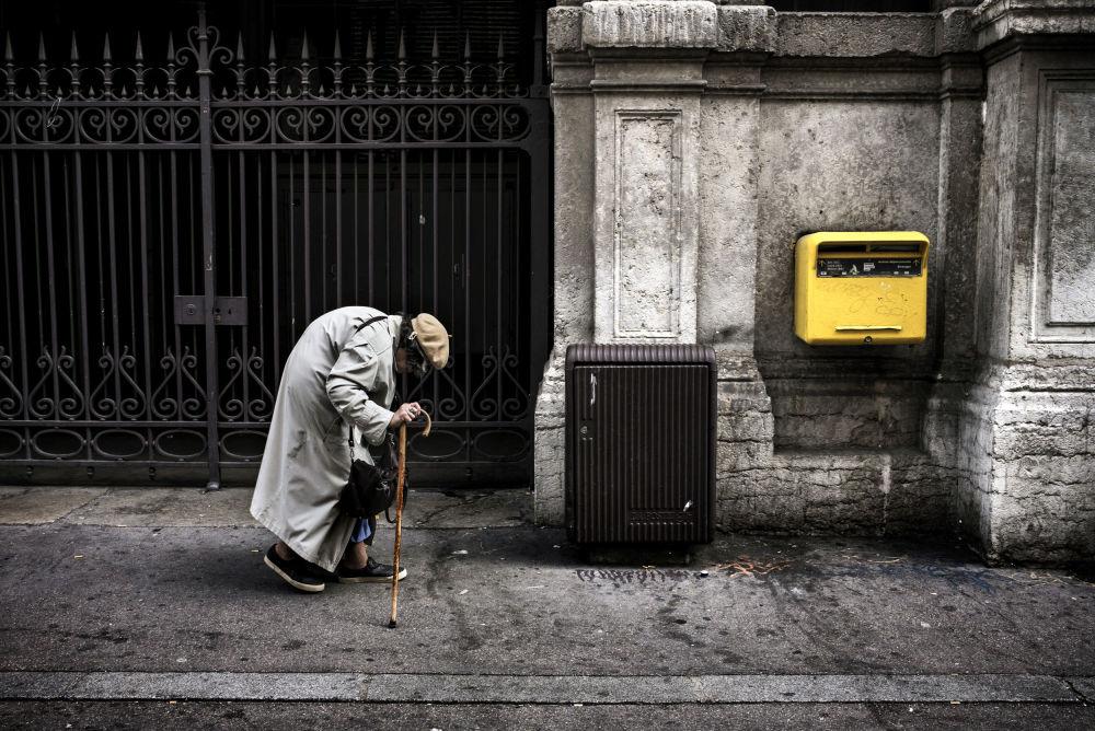 امرأة مسنة تتجه إلى صندوق البريد في أحد شوارع ميدنة ليون، فرنسا 8 أكتوبر/ تشرين الأول 2016