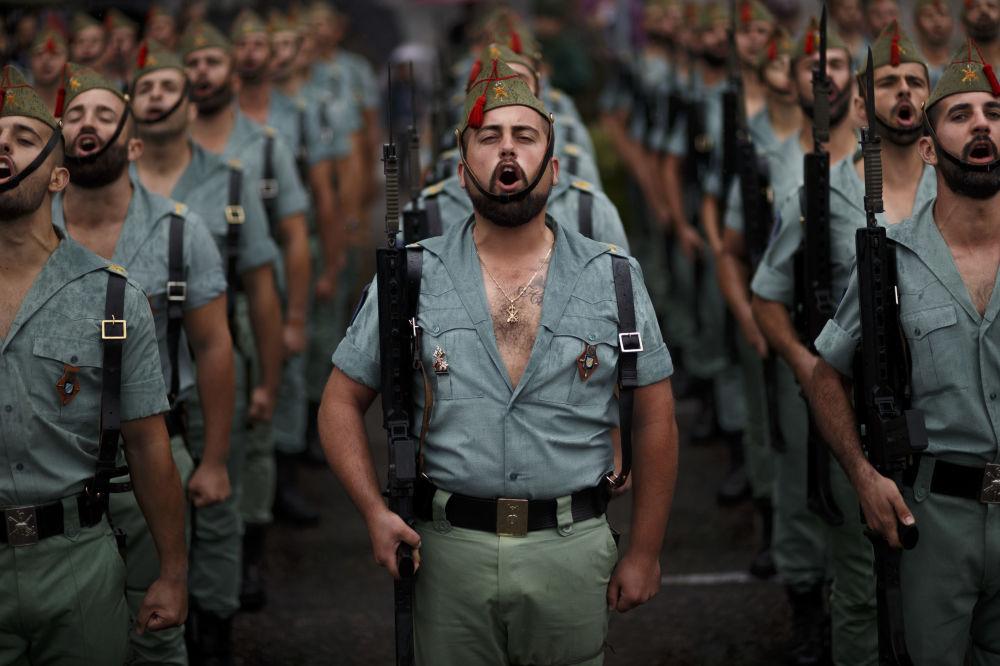 أفراد وحدة لاغيون في الجيش الاسباني، خلال مراسم الاحتفال بعيد ديا دي لا هيسبانيداد، 12 أكتوبر/ تشرين الأول 2016