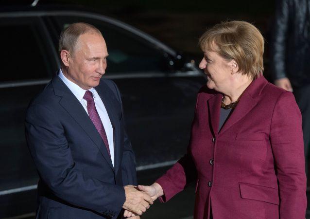 فلاديمير بوتين وانجيلا ميركل