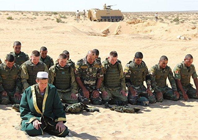 جندي روسي يقيم الصلاة