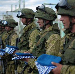 أفراد القوات الخاصة الروسية يحملون القبعات الزرقاء بعد اجتياز اختبارات ونيلهم أحقية ارتدائها في إقليم سمارسكايا