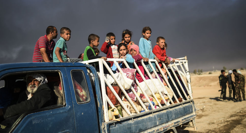 اللاجئون العراقيون من بلدة القيارة جنوبي الموصل إبان إنطلاق عملية تحرير الموصل من تنظيم داعش، 22 أكتوبر/ تشرين الأول 2016