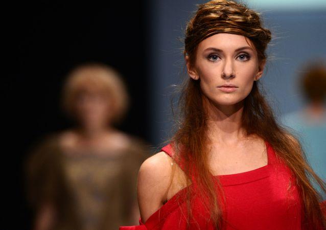أسبوع الموضة في موسكو - عرض مجموعة صُنع في روسيا ذات تصاميم بلمسة فولكلورية