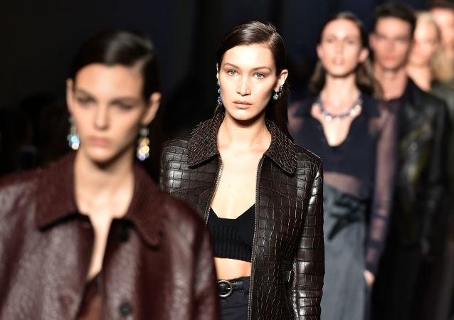 بيلا حديد خلال عرض أزياء فى ميلان
